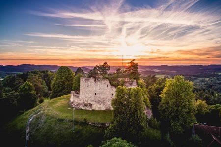 Burg Lichtenegg im Sonnenuntergang